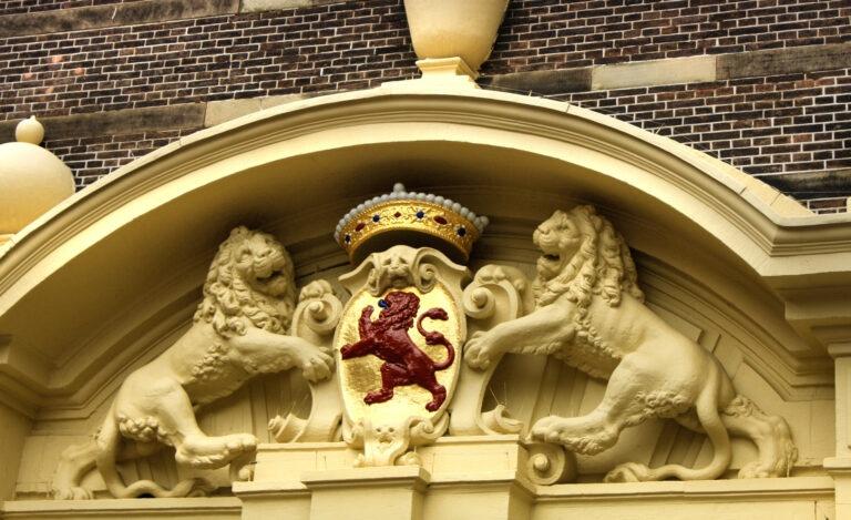 De Troonrede wordt op Prinsjesdag voorgelezen door de Koning. Maar deze Troonrede is geschreven in erg moeilijke taal. Daarom hebben wij de Troonrede herschreven.