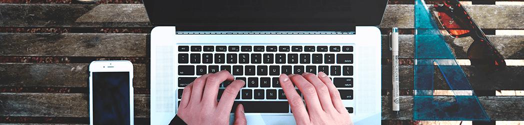 Een copywriter kan zowel zelfstandig (zzp) als in loondienst werken.