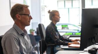 Copywriters van Proven Context aan het werk achter hun bureaus in het hoofdkantoor.